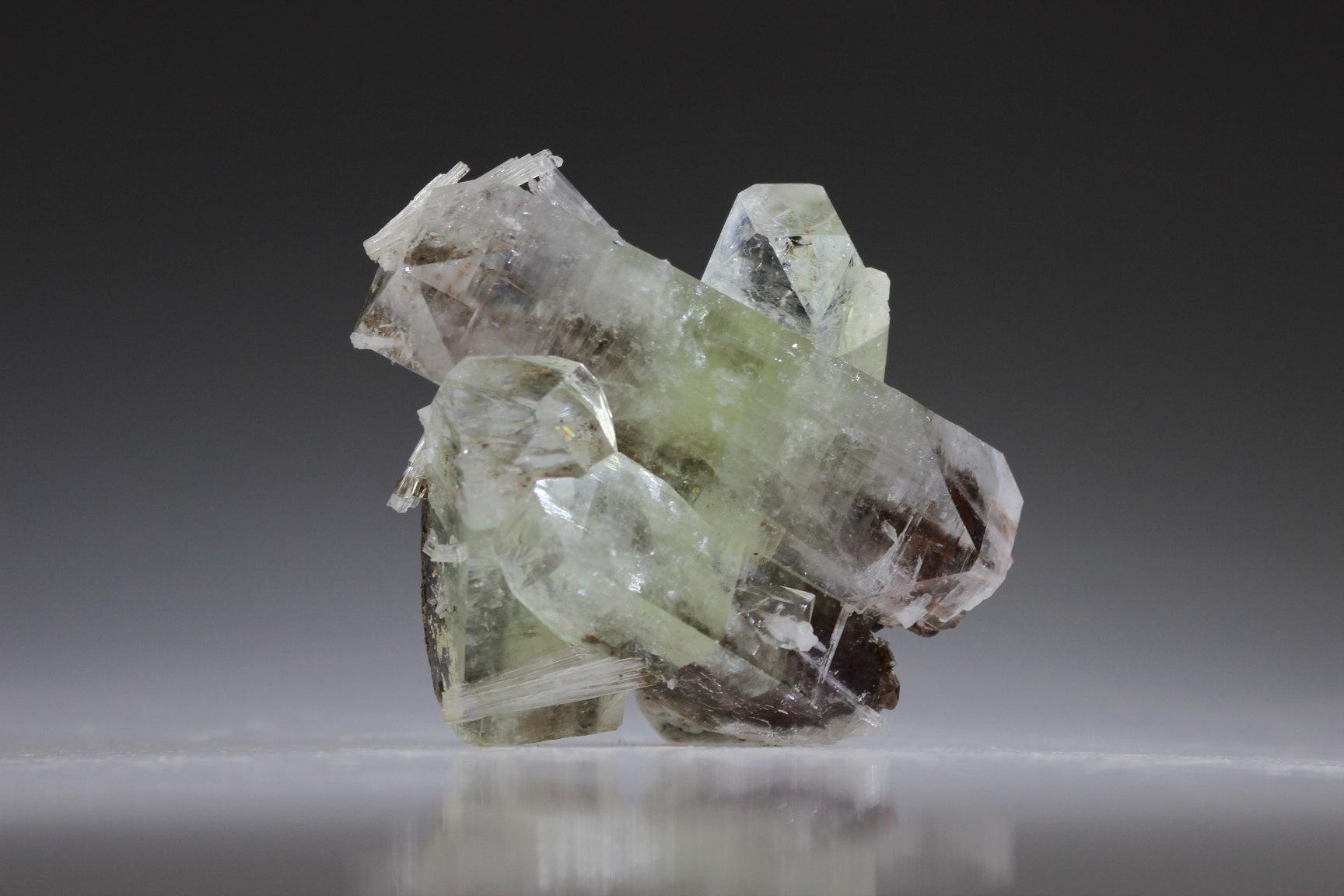 Groen apofylliet met stilbiet en scolesiet   lichtpuntje kristallen